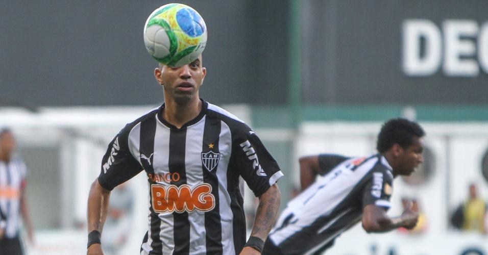 06.abr.2014 - Diego Tardelli domina a bola no clássico entre Atlético e Cruzeiro. O primeiro jogo da final do Mineiro terminou 0 a 0