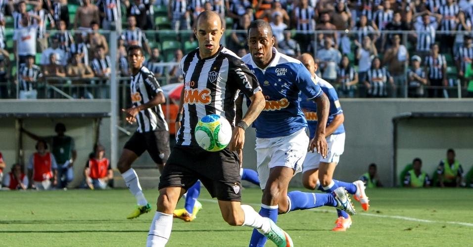 06.abr.2014 - Diego Tardelli é marcado de perto por Dedé no clássico entre Cruzeiro e Atlético na primeira partida da final do Campeonato Mineiro