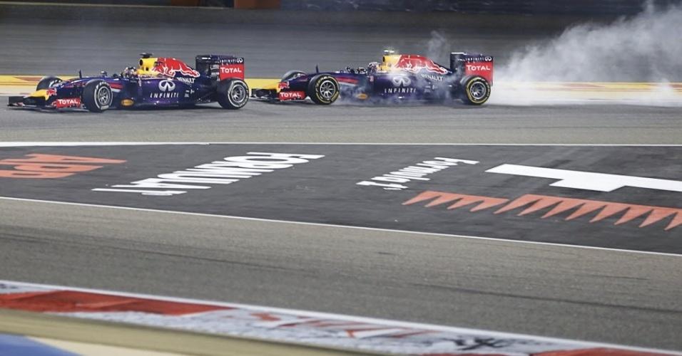 06.abr.2014 - Sebastian Vettel e Daniel Ricciardo, da RBR, brigam por posição no GP do Bahrein. Melhor para o australiano, que ficou em quarto