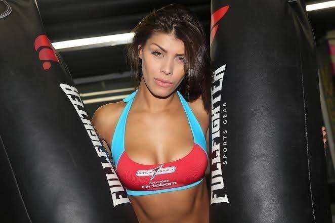 A ex-BBB Fran posa como ring girl, em sua primeira participação no Jungle Fight