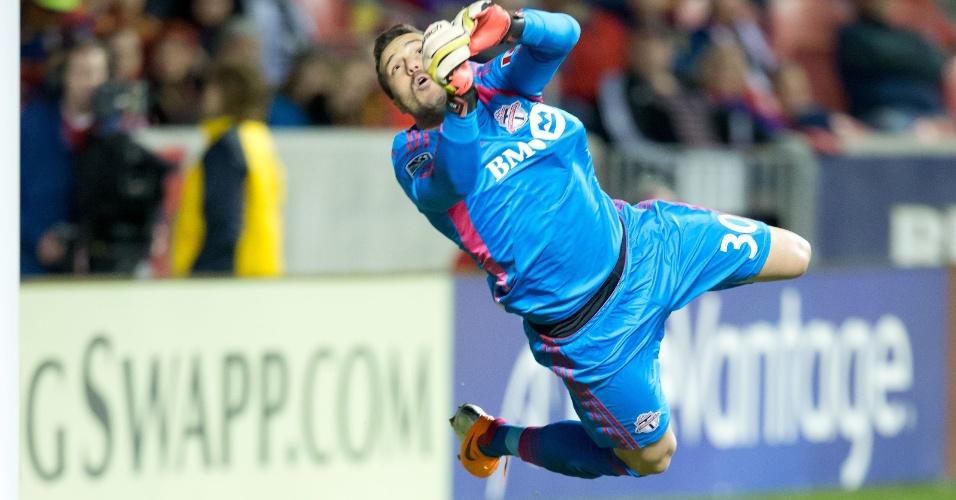 Goleiro Julio Cesar salta para fazer defesa em jogo do Toronto FC pela MLS
