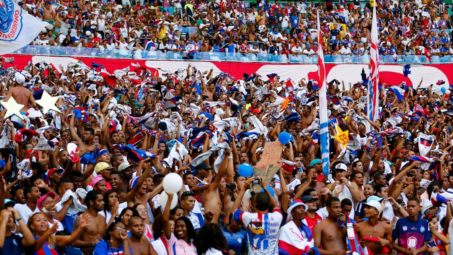 06.abr.2014 - Torcida do Bahia lota a Arena Fonte Nova no primeiro jogo da final do Estadual