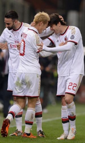 07.04.14 - Kaká comemora com Honda o gol do japonês, o segundo da vitória do Milan sobre o Genoa por 2 a 1