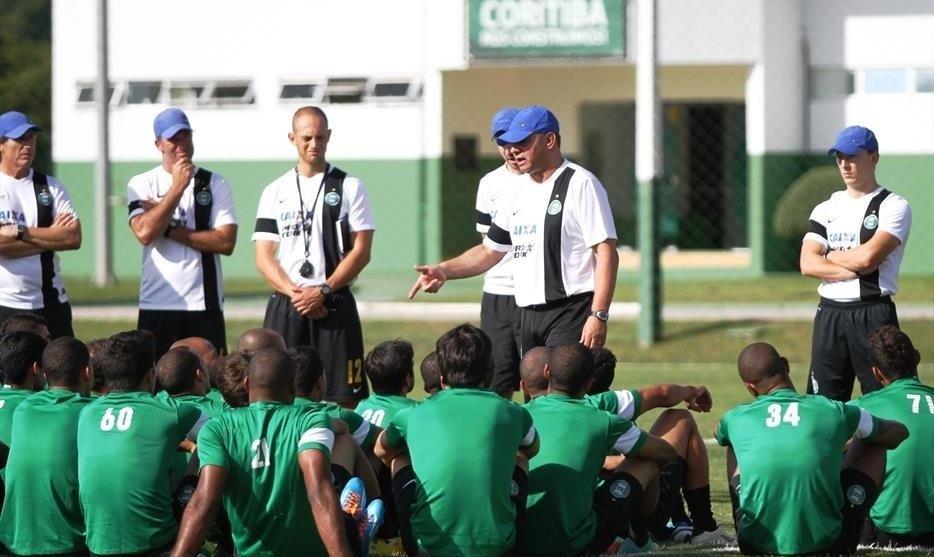 07.abr.2014 - Técnico Celso Roth conversa com os jogadores do Coritiba em seu primeiro dia de treino