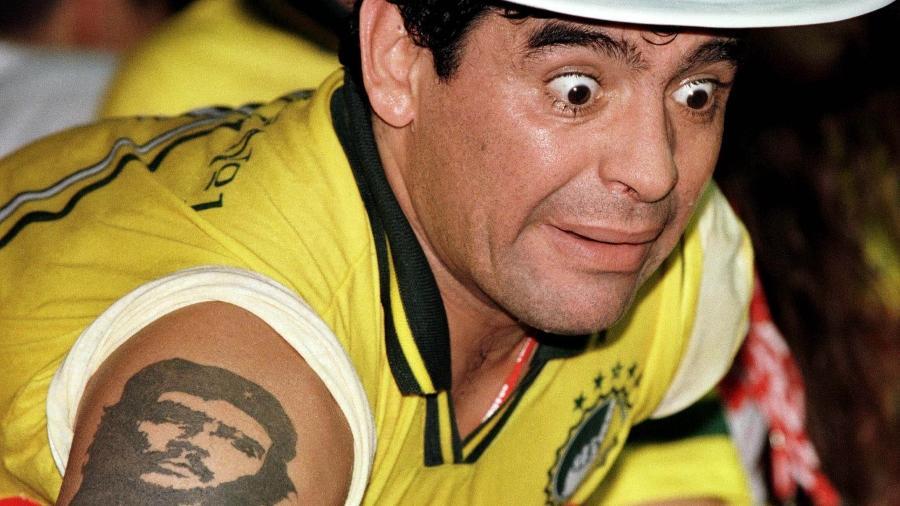 Diego Maradona acompanha desfila do carnaval de 1998, no Rio de Janeiro - Gregg Newton REUTERS