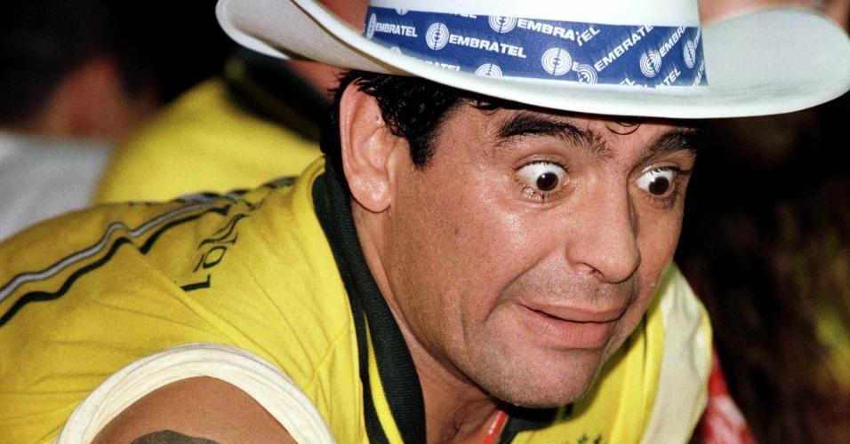 Diego Maradona acompanha desfila do carnaval de 1998, no Rio de Janeiro