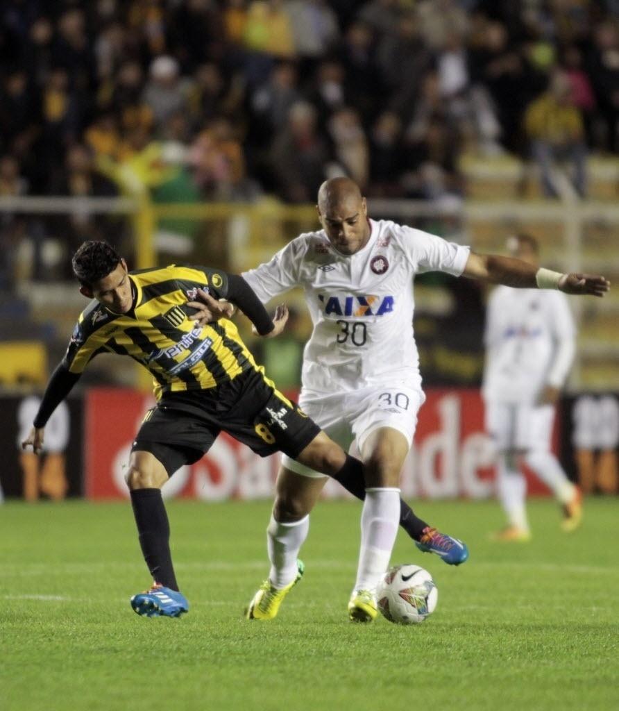 08.04.14 - Adriano faz jogada na partida entre Atlético-PR e The Strongest pela Libertadores