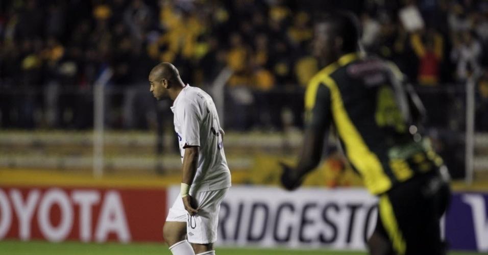 08.04.14 - Adriano observa gol do The Strongest contra o Atlético-PR pela Libertadores