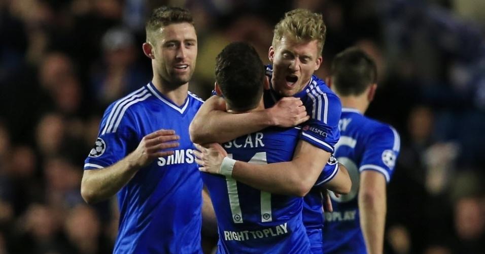 08.abr.2014 - Andre Schurrle abraça Oscar após marcar para o Chelsea na partida de volta das quartas de final da Liga dos Campeões