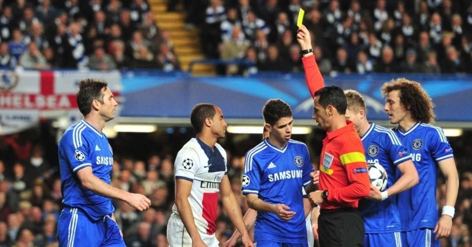 08.abr.2014 - Brasileiro Lucas recebe cartão amarelo após fazer falta em Eto'o no duelo entre Chelsea e PSG pela Liga dos Campeões