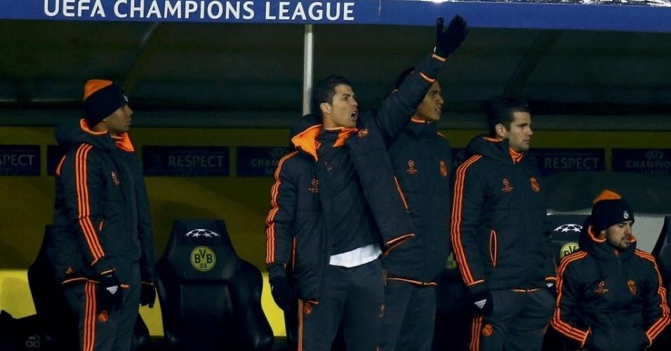 08.abr.2014 - Cristiano Ronaldo reclama de lance da partida entre Borussia Dortmund e Real Madrid do banco de reservas. Com lesão no joelho, o português foi poupado da partida