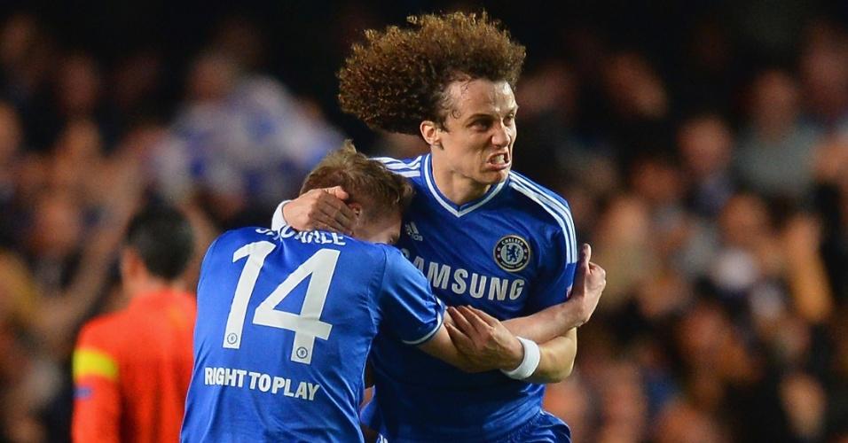 08.abr.2014 - David Luiz abraça Andre Schurrle após ele marcar para o Chelsea na partida contra o PSG pela Liga dos Campeões