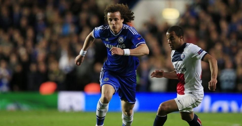 08.abr.2014 - David Luiz e Lucas disputam pela bola no duelo entre Chelsea e PSG pelas quartas de final da Liga dos Campeões