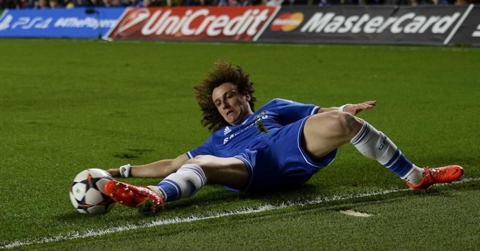 08.abr.2014 - David Luiz tenta impedir que a bola saia pela linha de fundo na partida entre Chelsea e PSG pela Liga dos Campeões