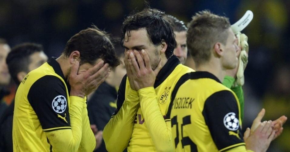 08.abr.2014 - Jogadores do Borussia Dortmund lamentam eliminação nas quartas de final da Liga dos Campeões. Time alemão marcou dois gols no jogo de volta e chegou muito perto de reverter o placar de 3 a 0 imposto pelo Real Madrid na primeira partida