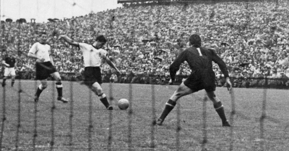 Helmut Rahn, da Alemanha, marca o gol da vitória na final da Copa do Mundo de 1954, contra a Hungria