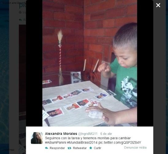 """09.04.14 - A colombiana Alexandra Morales está curtindo o álbum da Copa com o filho: """"Seguimos com a tarefa e temos figurinhas para trocar"""""""