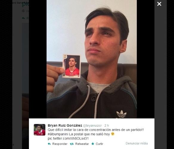 """09.04.14 - Bryan Ruiz, da seleção da Costa Rica, brincou com sua própria figurinha no álbum: """"difícil imitar a cara de concentração antes da partida!"""""""