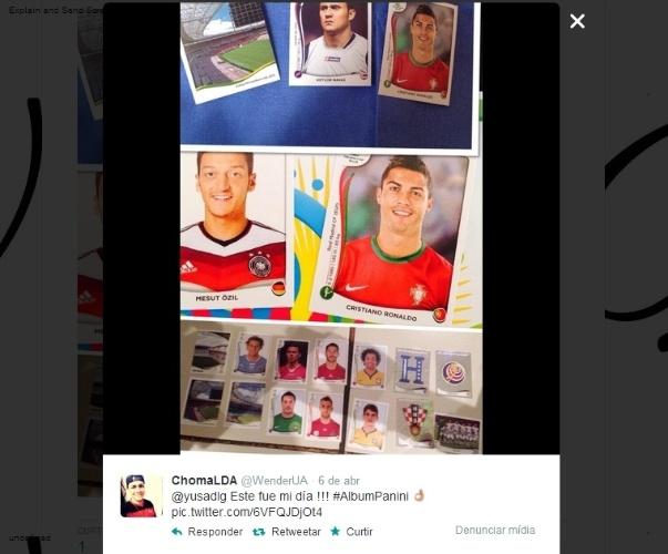 """09.04.14 - """"Este foi meu dia!"""", festejou o costarriquenho @WenderUA ao tirar as figurinhas de Mesut Ozil e Cristiano Ronaldo"""