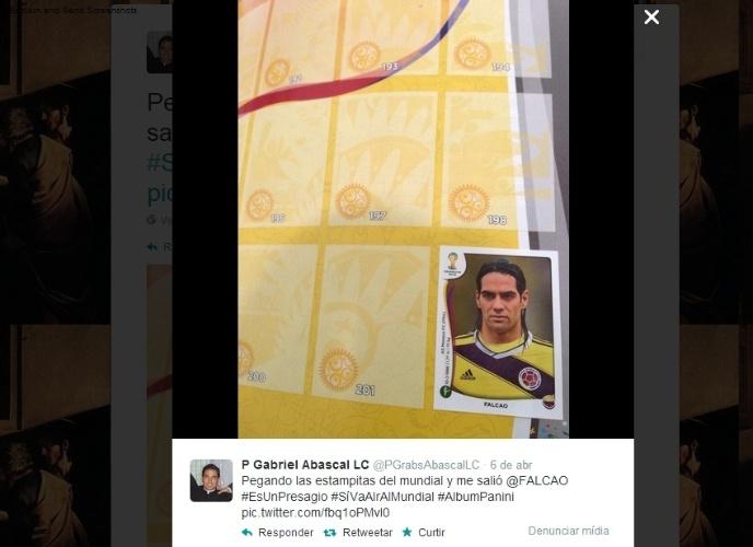 """09.04.14 - Gabriel Abascal, do México, brincou com a figurinha do colombiano Radamel Falcao, que está lesionado e tenta se recuperar para jogar a Copa: """"´É um presságio. Vai ao Mundial"""""""