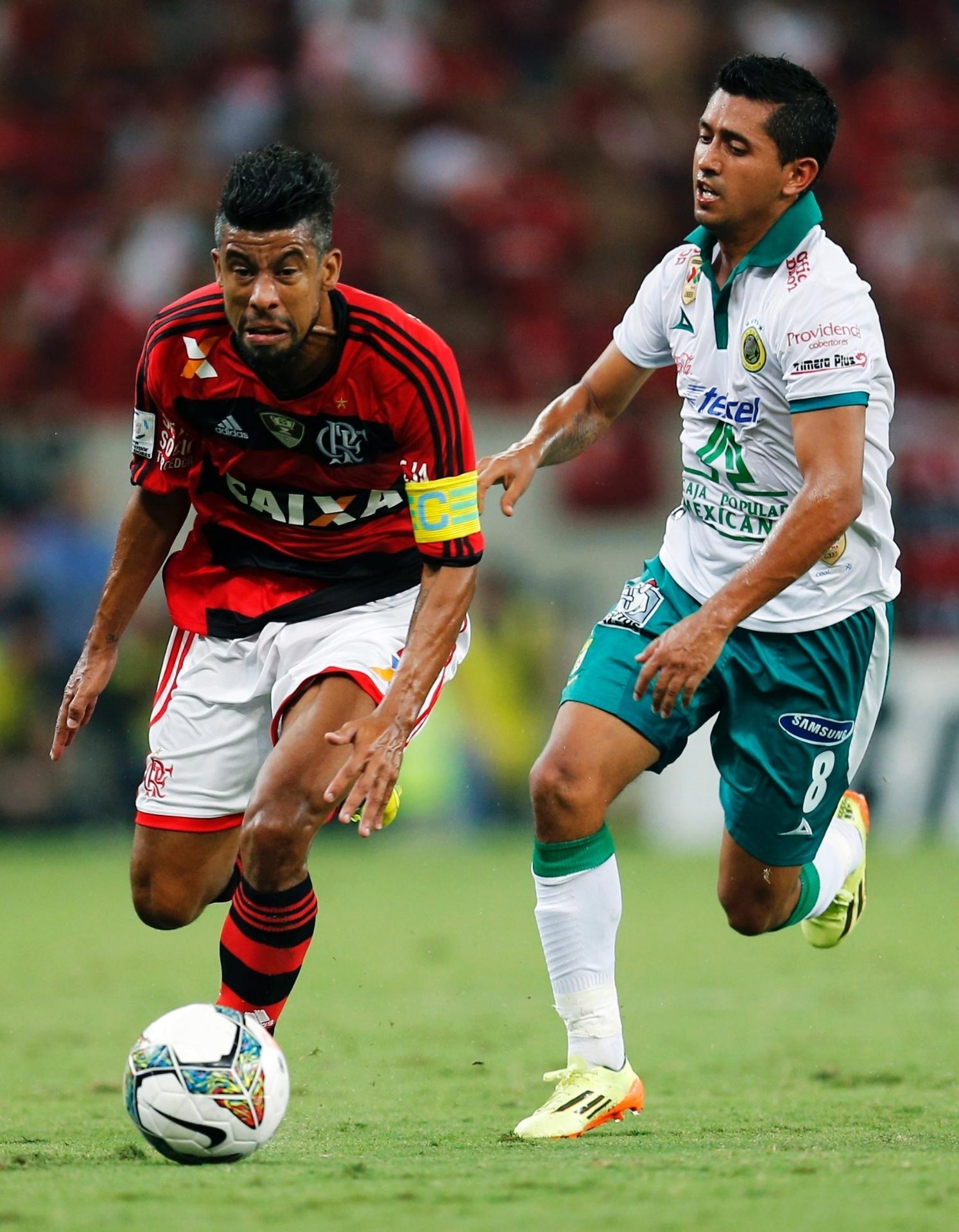 09.04.2014 - Capitão do Flamengo, Léo Moura tenta a progressão para o ataque