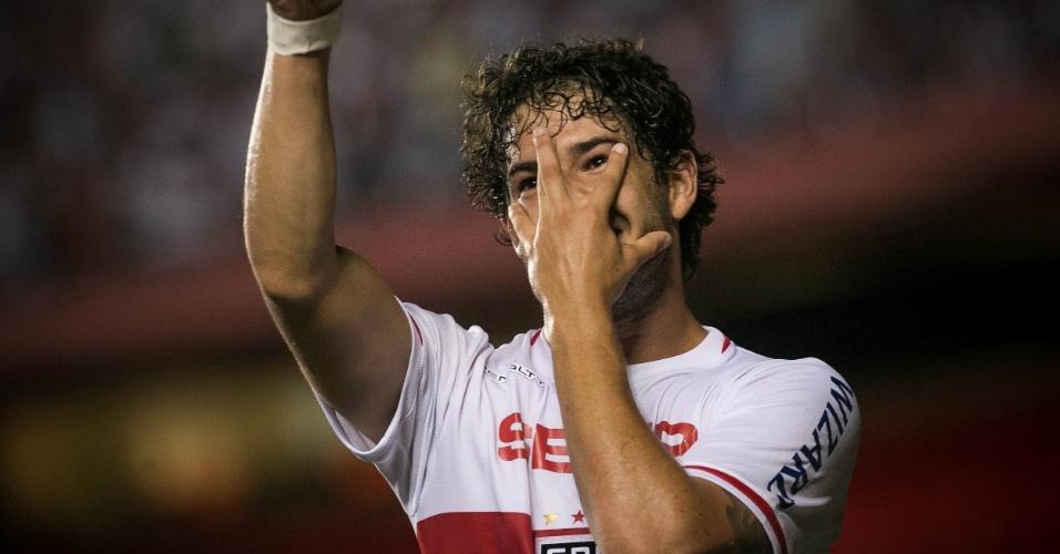 """09.abr.2014 - Alexandre Pato faz a já conhecida """"máscara"""" ao comemorar primeiro do São Paulo sobre o CSA"""