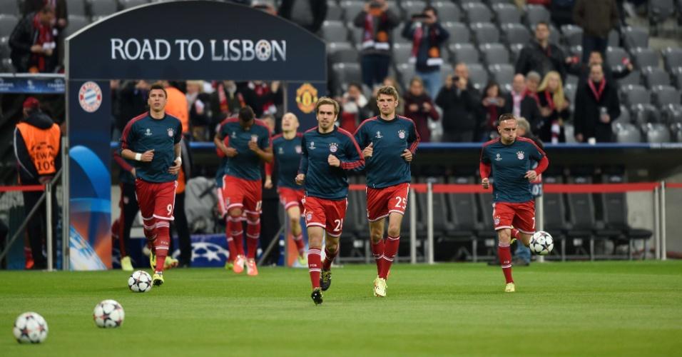 9.abr.2014 - Jogadores do Bayern de Munique realizam o aquecimento antes da partida contra o Manchester United