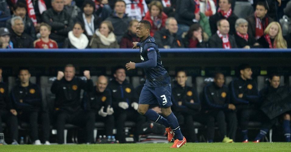 9.abr.2014 - Lateral esquerdo Patrice Evra vibra após abrir o placar para o Manchester United no duelo com o Bayern de Munique
