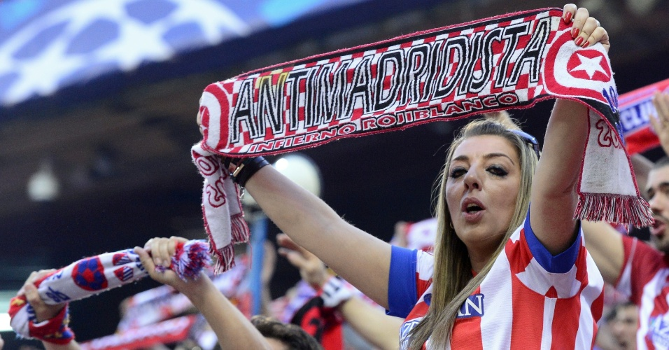 9.abr.2014 - Torcedora do Atlético de Madri exibe cachecol com provocação ao rival Real Madrid