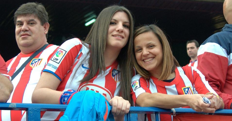 9.abr.2014 - Torcedoras do Atlético de Madri aguardam a partida contra o Barcelona, pela Liga dos Campeões