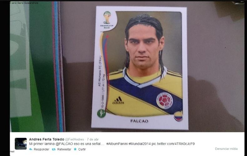 """09.04.14 - O colombiano Andres Toledo seguiu o mesmo raciocínio: """"Minha primeira figurinha é o Radamel Falcao. Isso é um sinal"""""""