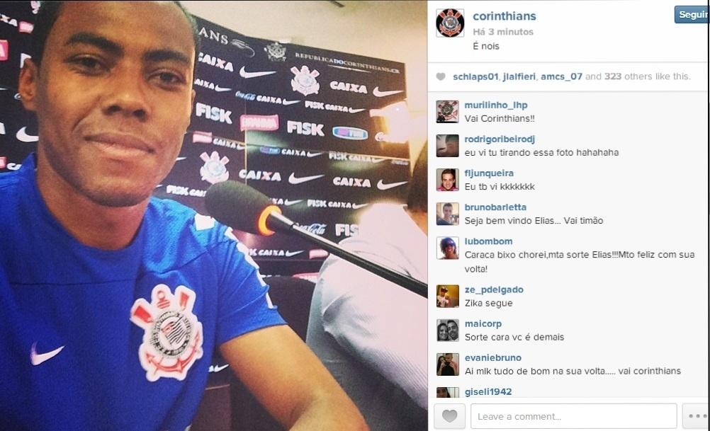 10.04.2014 - Elias tira foto do momento em que é entrevistado pelos jornalistas no retorno ao Corinthians