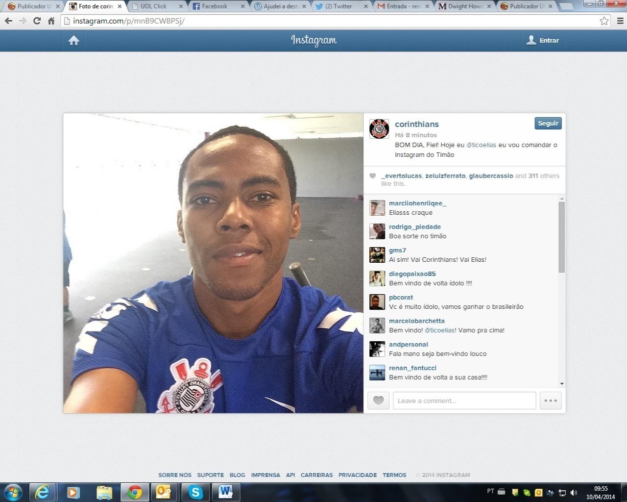 10.04.2014 - Elias volta a vestir a camisa do Corinthians e já treina com o clube