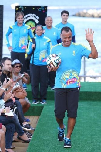 10.abr.2014 - Ao som da música oficial da Copa, 'We are one', Cafu desfila com a Brazuca e com o uniforme que será usado pelos 14 mil voluntários da Copa