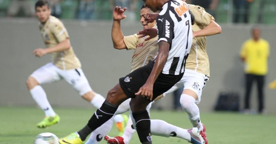 10.abr.2014 - Atacante Jô finaliza para abrir o placar para o Atlético-MG na partida contra o Zamora, pela Libertadores