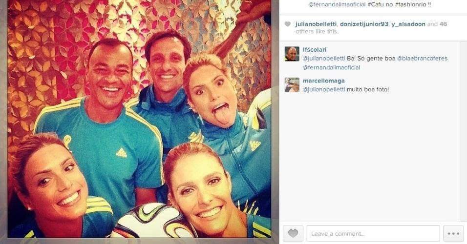 10.abr.2014 - Cafu, Belletti, Fernanda Lima, Bia e Branca posam nos bastidores do desfile dos uniformes dos voluntários da Copa