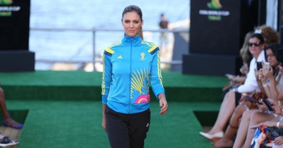 10.abr.2014 - Fernanda Lima desfila no Fashion Rio com agasalho do uniforme dos voluntários da Copa no Brasil