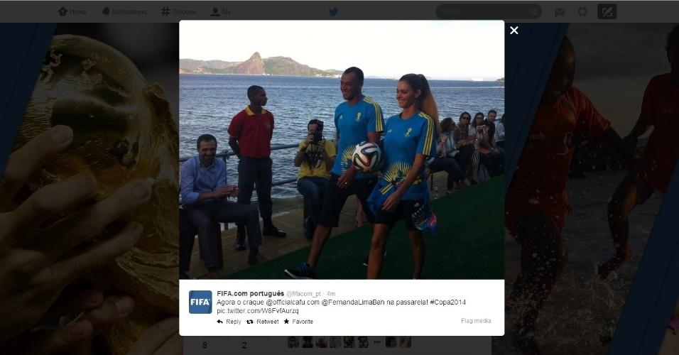 10.abr.2014 - Fernanda Lima e Cafu desfilam no Fashion Rio com uniformes que serão usados pelos voluntários da Copa
