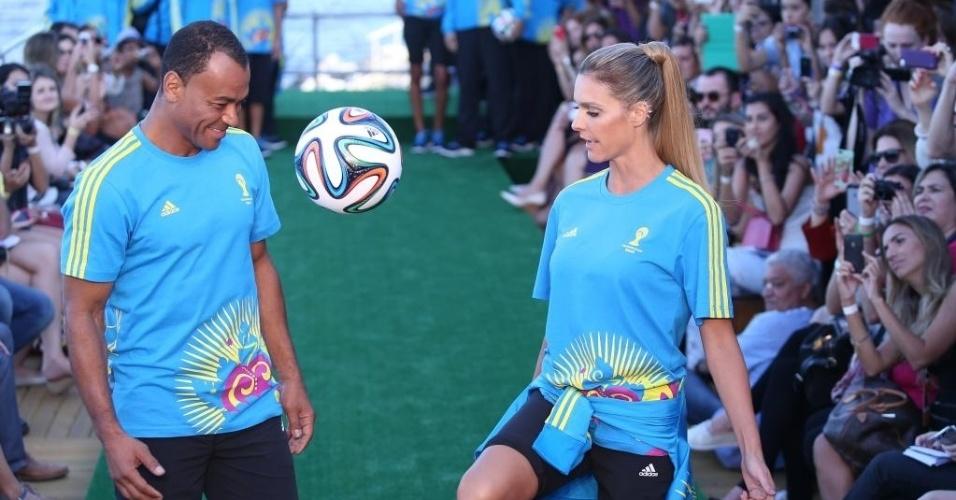 10.abr.2014 - Fernanda Lima faz embaixadinhas com Cafu no desfile dos uniformes dos voluntários da Copa no Fashion Rio