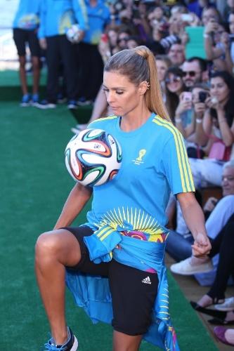 10.abr.2014 - Fernanda Lima faz embaixadinhas no desfile dos uniformes dos voluntários da Copa no Fashion Rio
