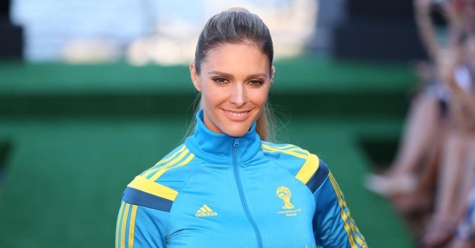 10.abr.2014 - Fernanda Lima posa para foto no desfile dos uniformes dos voluntários da Copa do Mundo no Brasil