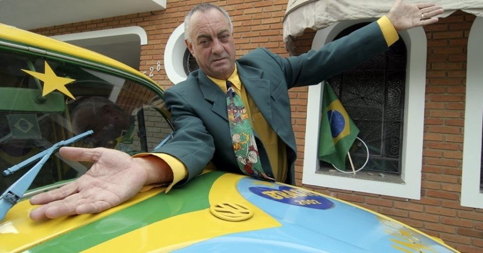 Advogado Nelson Paviotti exibe as cores da bandeira do Brasil que ele usa desde que fez uma promessa para a seleção ganhar a Copa do Mundo de 1994