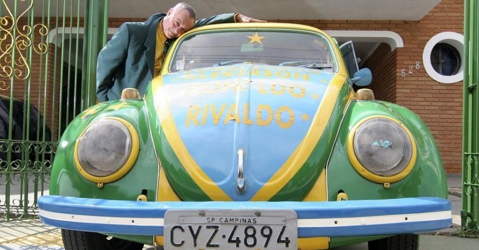 Advogado Nelson Paviotti mostra o seu Fusca pintado com as cores da bandeira do Brasil. O torcedor estampou nome de jogadores da seleção brasileira que conquistaram a Copa de 2002