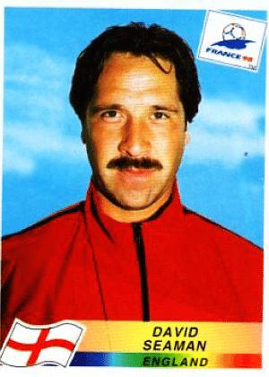 David Seaman/Inglaterra-1998: Alguém avisa ao Seaman que cabelo repartido ao meio e bigode não combinam?