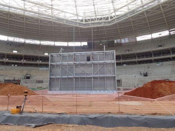 Estrutura do telão é erguida na Arena Palestra. Próximo passo é colocar peças de LED