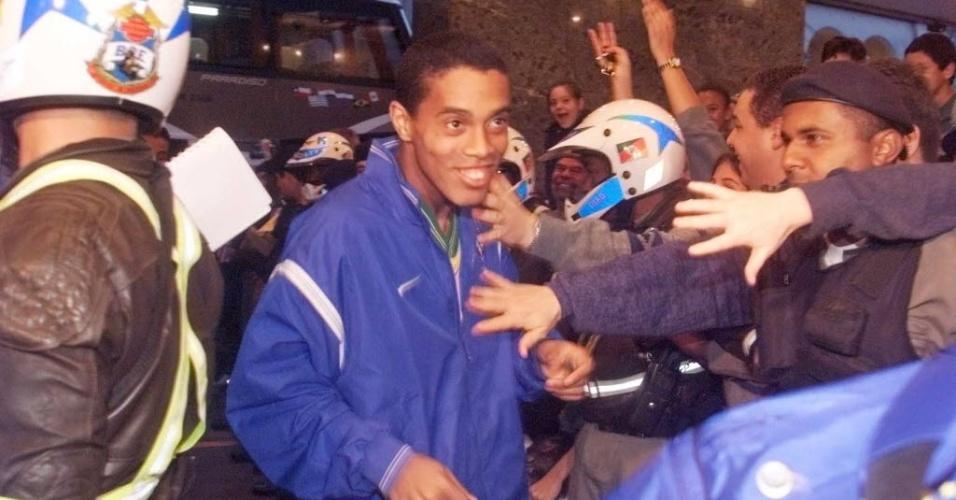 Muitos dizem que Ronaldinho Gaúcho estreou com chapéu e gol pela seleção brasileira, em famoso lance da Copa América de 99 quandro dribla um zagueiro e faz o gol. Mas, na verdade, o lance não foi seu primeiro pela seleção. Ele havia estreado um jogo antes, em um amistoso contra a Letônia.