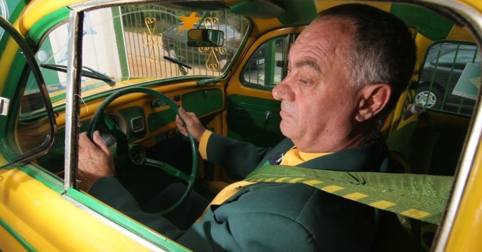 O advogado Nelson Paviotti mostra detalhes da parte interna de seu Fusca. O veículo tem vários detalhes em verde e amarelo, cores que o torcedor adotou desde que o Brasil conquistou a Copa do Mundo de 1994
