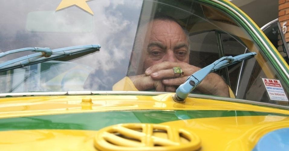 O advogado Nelson Paviotti mostra detalhes do visual com as cores da bandeira no Brasil em seu Fusca e em seu anel