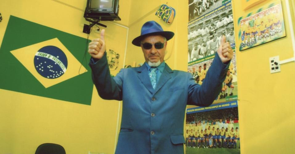 O torcedor Nelson Paviotti pintou as paredes de sua casa de amarelo e coleciona pôsters de times da seleção brasileira