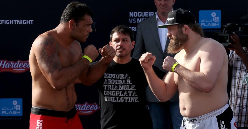 Rodrigo Minotauro encara Roy Nelson após a pesagem do UFC em Abu Dhabi